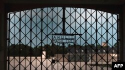 Главный вход на территорию бывшего нацистского концлагеря Дахау (под Мюнхеном)