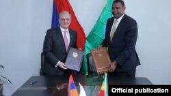 Министр иностранных дел Армении Зограб Мнацаканян (слева) и госминистр иностранных дел Эфиопии Маркос Текле Рике, Аддис-Абеба, 3 апреля 2019 г.