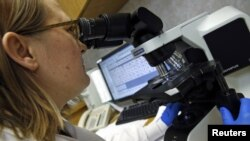 یکی از محققانی که در بیمارستان ایندیانا مشغول تحقیق بر ویروس مرس است. یک مرد آمریکایی مبتلا در این بیمارستان تحت درمان بود.
