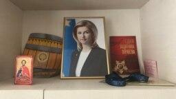 Biroul primăriei din satul Etulia, UTA Găgăuzia: o icoană, portretul bașcanului Irina Vlah și o felicitare de Ziua Armatei Roșii (foto arhivă 2018).