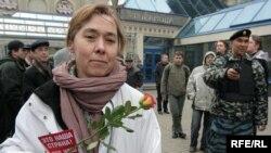 """Листовка """"Это - наша страна, это - наш город!"""" и роза стали символами прошедшей акции"""
