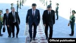Gyrgyzystanyň prezidenti Sooronbaý Žeenbekow we Türkmenistanyň daşary işler ministri RaşidMeredeow