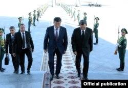 Сооронбай Жээнбековду түркмөн тышкы иштер министри Рашид Мередов тосуп алды.