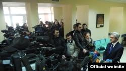 Նախագահ Սերժ Սարգսյանը պատասխանում է լրագրողների հարցերին: Գավառ, 26-ը նոյեմբերի, 2011թ.: