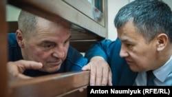 Qırımtatar faali Edem Bekirov (soldan) ve advokatı İslâm Velilâyev (sağdan), arşiv fotoresimi