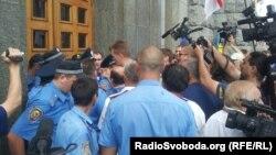 Демонстранттар мэрияга кирүүгө умтулууда. 20-август, 2012-жыл.