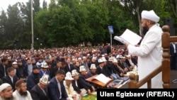 Муфтий Максатбек Ажы Токтомушев Айт намазына чогулгандарга диний насааттарды айтууда. 5-июль, 2016-жыл.