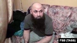 Shërbimi Federal i Sigurisë (FSB) në Rusi ka arrestuar këtë person. Pamje nga video e FSB-së gjatë oeracionit policor