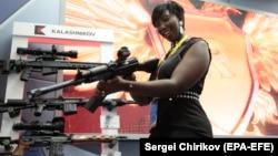"""Представительница делегации Нигерии изучает одну из новейших снайперских винтовок концерна """"Калашников"""" на саммите """"Россия – Африка"""". Сочи, 24 октября 2019 года"""
