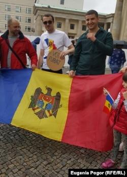 "Protest la Poarta Brandenburg din capitala Germaniei: ""Vot furat""."