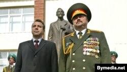 Красота - страшная сила. Пресс-служба Лукашенко сообщает, что Степан Сухоренко (слева) перешел на другую работу