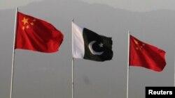 په اسلام اباد کې د چین او پاکستان بېرغونه