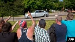 """Протестующих """"антиглобалистов"""" отделяют от участников встречи кордоны и ограждения. Архивный снимок: встреча в Ватфорде, близ Лондона, 6 июня 2013 г."""