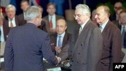 Predsjednici Srbije i Hrvatske Slobodan Milošević (L) i Franjo Tuđman (C) se rukuju prije početka mirovnih preegovora o BiH dok ih posmatra predsjednik Predsjedništva BiH Alija Izetbegović (D), 1 . novembra 1995.