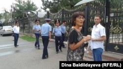 Гражданские активисты, пришедшие к консульству Польши, чтобы передать письмо с просьбой предоставить оппозиционному политику Муратбеку Кетебаеву политическое убежище. Алматы, 7 августа 2013 года.