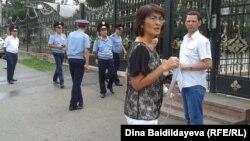 Активисты оппозиции проводят акцию протеста у консульства Польши, требуя не допустить экстрадиции в Казахстан политика Муратбека Кетебаева. Алматы, 7 августа 2013 года.