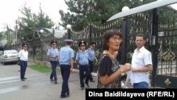 Гражданские активисты проводят акцию в поддержку оппозиционера Муратбека Кетебаева перед зданием консульства Польши в Алматы. 7 августа 2013 года.