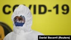 Медработник в защитной одежде у медучреждения в мексиканском городе Монтеррей. 24 июля 2020 года.