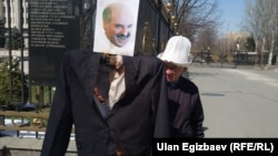 Кыргызский активист Ондуруш Токтонасыров во время акции протеста. Бишкек, 31 марта 2015 года.