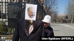 Өндүрүш Токтонасыровдун Беларус элчилигинин алдында нааразылык билдирүүсү.
