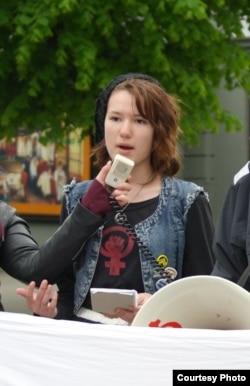 """14-летняя феминистка Дина Сирена Оврен - против слишком мягкого, по ее мнению, приговора мэру-педофилу города Вага Руне Ойгарда. «Относитесь к педофилу серьезно"""""""