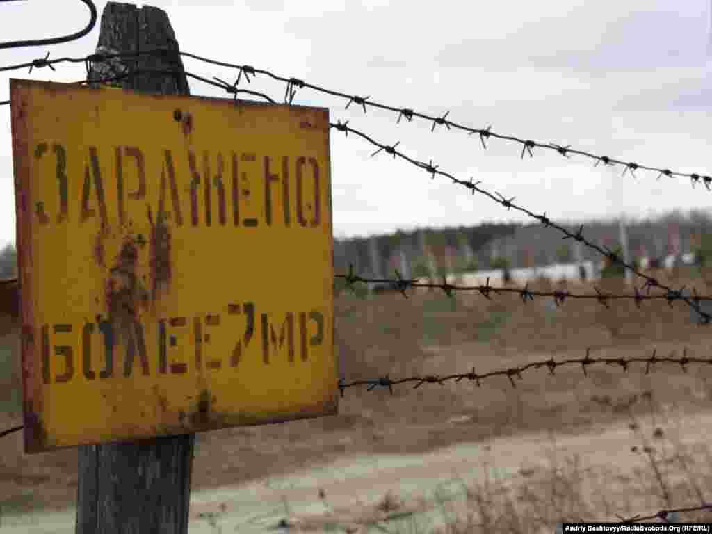 Тут досі просто неба тимчасово зберігають кількасот одиниць техніки, яка брала участь у ліквідації аварії на Чорнобильській АЕС.