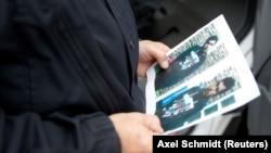 German polisiýasy gaçgaklykdaky siriýaly Jaber Al-Bakryň suratyna syn edýär.