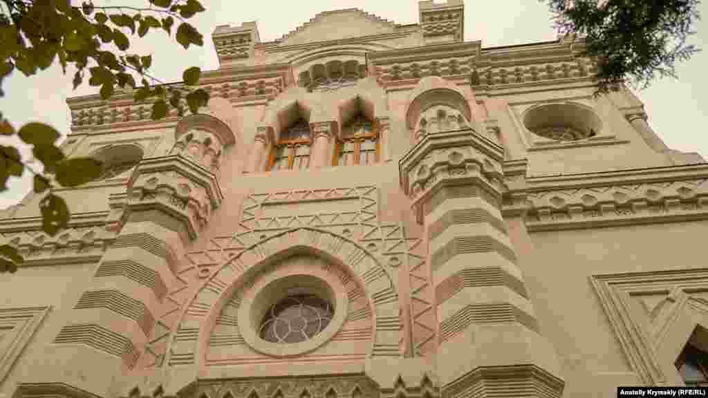 Kenassanıñ ögü. 2012 senesine qadar bu binada Qırım tele ve radio şirketiniñ muarririyeti edi