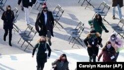 Oameni evacuați de la repetiția inaugurării lui Joe Biden. Washington, 18 ianuarie 2021. (AP Photo/Carolyn Kaster)