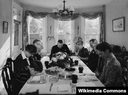 ABŞ, 1942-cı il, Pennsylvania. Ailə Şükranlıq naharı zamanı