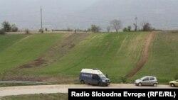 Полицијата врши увид на местото каде што беа убиени пет момчиња во близина на Смилковското Езеро кај Скопје на 13 април 2012 година.