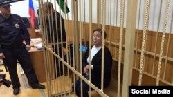 Мәскеудегі украин әдебиеті кітапханасының директоры Наталья Шарина сотта отыр. Мәскеу, 30 қазан 2015 жыл.
