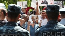 Քոչարյանի ընդդիմախոսներն ու կողմնակիցներն այսօր ևս բողոքի ակցիաներ էին անցկացնում դատարանի առջև