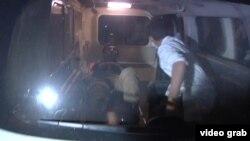 امدادگران در حال خارج کردن زخمیها از محل هستند