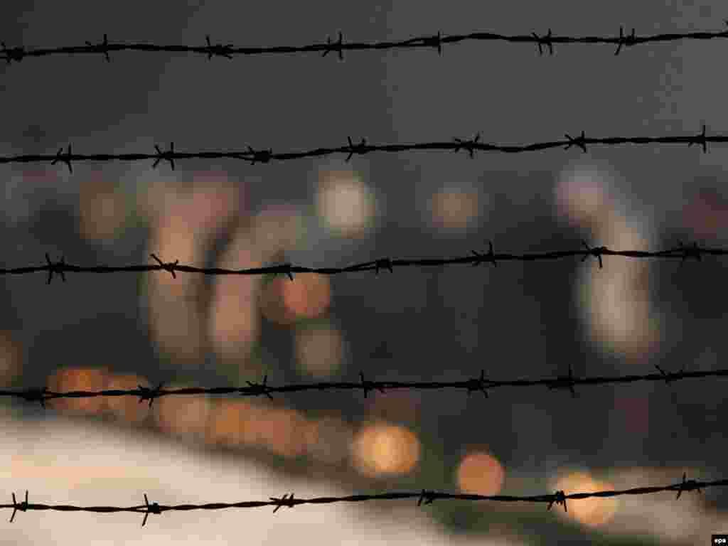 Люди запалюють свічки біля колючого дроту у нацистському концтаборі Освенцім 27 січня відзначили 65-ту річницю визволення Червоною армією табору смерті в Польщі, де більше 1 мільйона чоловік загинуло під час Другої світової війниPhoto by Radek Pietruszka for epa