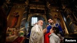 Патриарх сербский Ириней во время рождественской литургии в Белграде 7 января 2014 г.