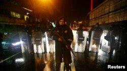 Поліцейські на вулиці поблизу клубу, де стався збройний напад, Стамбул, Туреччина, 1 січня 2017 року