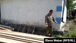 Житель поселка имени Мустафина показывает покосившуюся стену своего дома после наводнения. Этот дом не идет под снос, власти выделили владельцам компенсацию на ремонт. Карагандинская область, 17 мая 2015 года.