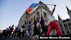 Manifestanți pro-LGBT în fața parlamentului de la Budapesta, 14 iunie, 2021