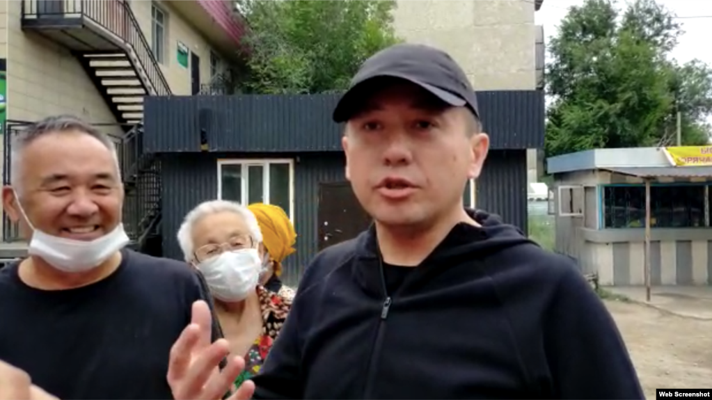 Асет Абишев после освобождения из тюрьмы. Алматинская область, 30 июля 2021 года