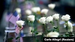 2001 жылы 11 қыркүйекте жасалған террорлық шабуыл құрбандарына қойылған ескерткіш алдындағы гүл. Нью-Йорк, АҚШ, 11 қыркүйек 2020 жыл.