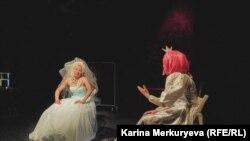 Сцена из спектакля No Woman No Cry. Фото: Карина Меркурьева