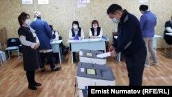 Один из избирательных участков в Оше. 11 апреля 2021 года.