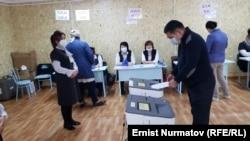 Голосование во время выборов в местные кенеши и референдума. 11 апреля 2021 года.