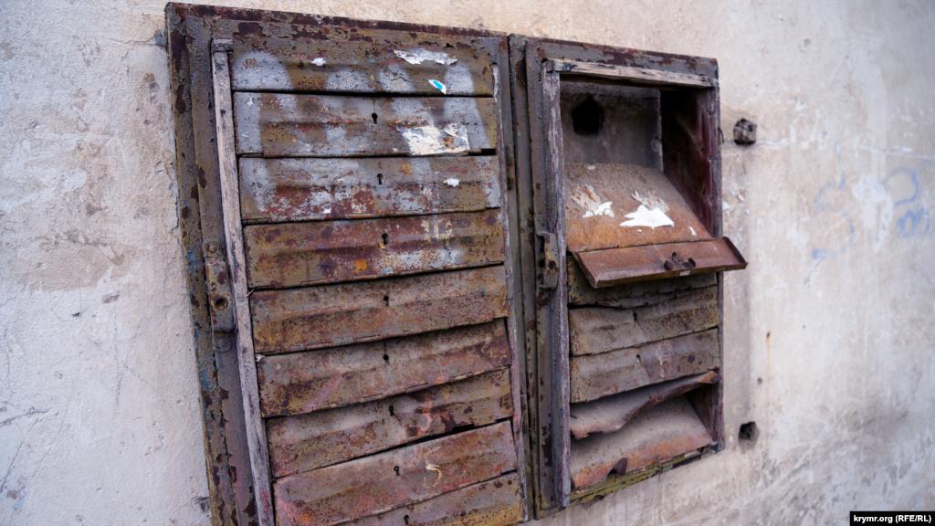 Поштові скриньки на стіні будинку на вулиці Пушкіна, схоже, не затребувані