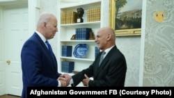 اشرف غنی رئیس جمهوری افغانستان حین مصافحه با همتای امریکایی اش در قصر سفید