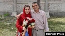جعفر عظیمزاده، فعال کارگری پس از آزادی از زندان در کنار همسرش