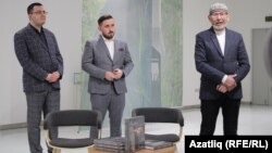 Марат Сәфәров (с), Ренат Абянов һәм Дамир Исхаков китапны тәкъдим итү чарасында