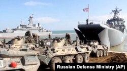 Echipament militar rusesc pe cale de a fi retras din peninsula Crimeea, 23 aprilie 2021.