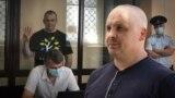 Колаж: російський адвокат Дмитро Дінзе (на передньому плані) і його підзахисний, журналіст Владислав Єсипенко в залі суду